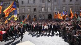1200px-El_president_i_els_alcaldes_entrant_al_Palau_de_la_Generalitat