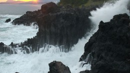 800px-Jungmun_Daepo_Columnar_Joints_with_waves_crashing